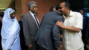 El primer ministro de Etiopía, Abiy Ahmed, saluda a integrantes de la mesa opositora en Jartum, Sudán, el 7 de junio de 2019.