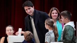 Le Premier ministre canadien, Justin Trudeau, glisse son bulletin dans l'urne, le 21 octobre 2019 à Montréal.