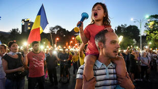 رومانيون يتظاهرون ضد الحكومة في بوخارست في 12 آب/أغسطس 2018