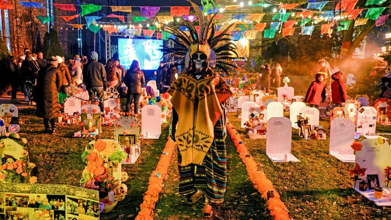 La comunidad mexicoamericana de Pilsen celebra el Día de Muertos en Chicago, Illinois, Estados Unidos. Verónica (en la imagen) llegó a los Estados Unidos cruzando un río a los 9 años. Hace diez años, no pudo estar para el entierro de su padre en México, por lo que decidió crear un cementerio en su comunidad de Pilsen donde las familias pueden decorar tumbas como ofrendas.