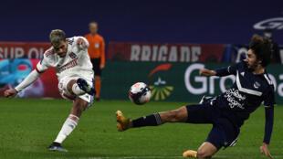 Le milieu brésilien de Lyon, Bruno Soares (g), tire lors du match de Ligue 1 à domicile contre Bordeaux, le 29 janvier 2021