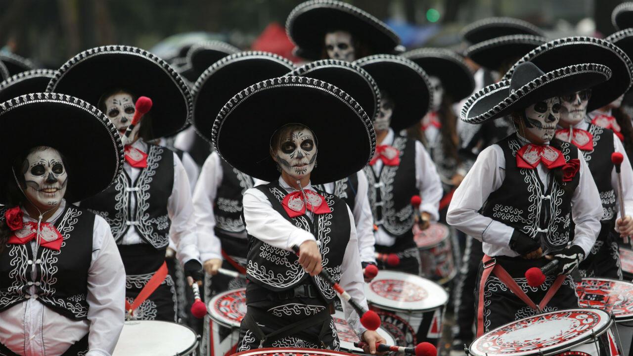 La celebración del Día de los Muertos en México tiene lugar el 1 y 2 de noviembre, si bien normalmente comienza en la noche del 31 de octubre cuando se encienden las primeras veladoras para recibir a los muertos chiquitos, a los niños. El 1 es el día de Todos los Santos.