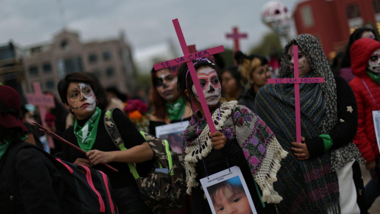 Mujeres caracterizadas de catrinas participaron el sábado en Ciudad de México en la Marcha de las Catrinas, que pidió justicia por las víctimas de feminicidio.