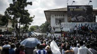 Les partisans de Félix Tshisekedi se sont retrouvés devant le siège de l'Union pour la démocratie et le progrès social (UDPS) à Kinshasa jeudi.