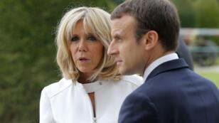 """Actuellement en vacances à Marseille, Emmanuel Macron a porté plainte contre un photographe pour """"tentative d'atteinte à la vie privée""""."""