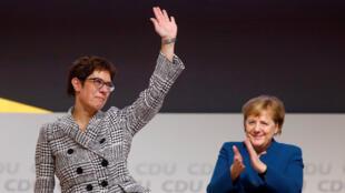 Annegret Kramp-Karrenbauer saluda después de ser elegida como líder del partido Unión Demócrata Cristiana (CDU) en Hamburgo, Alemania, el 7 de diciembre de 2018.