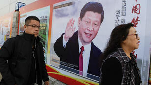Poster à l'effigie de Xi Jinping dans une rue de Pékin, lors du 19e congrès du Parti communiste chinois (PCC), lundi 23 octobre 2017.