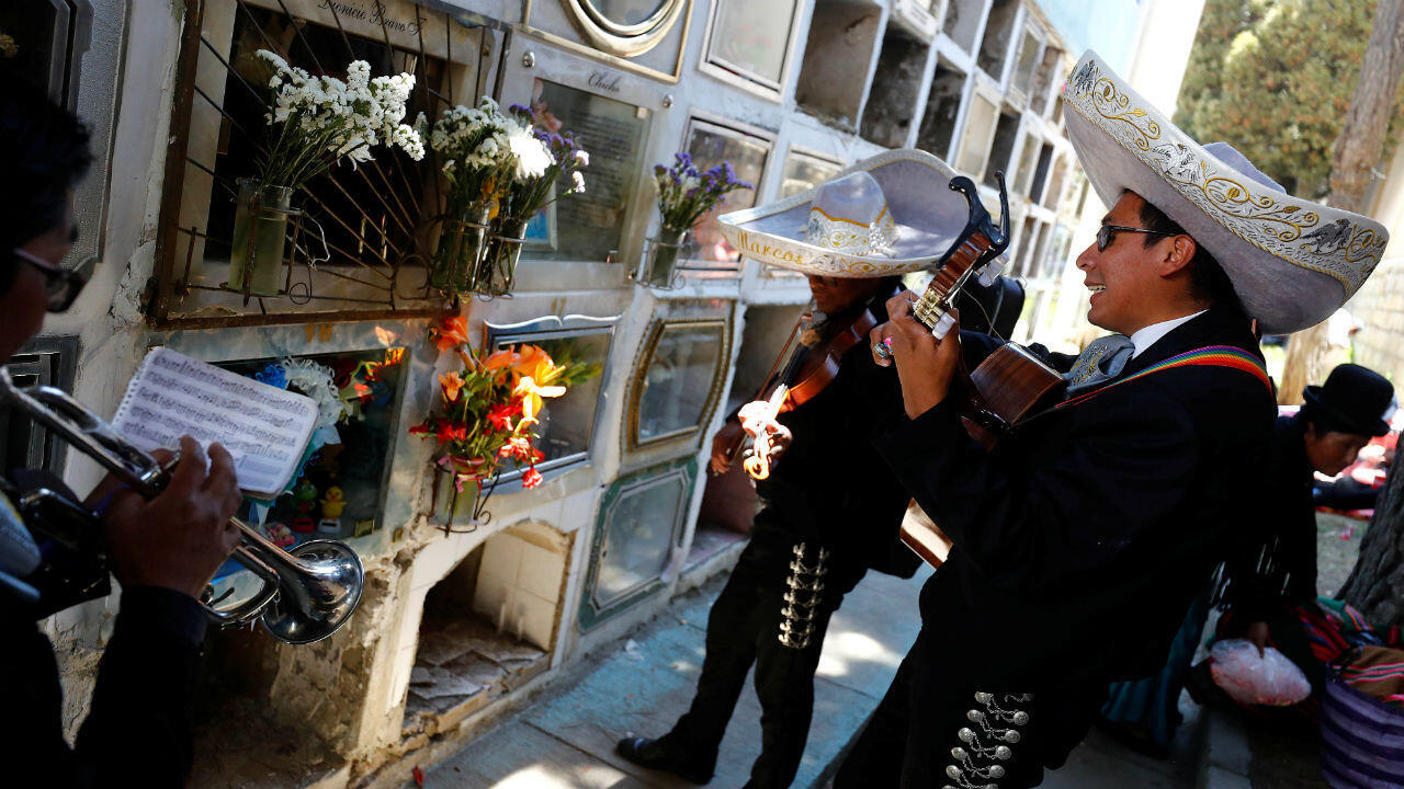 Músicos de mariachi tocan mientras la gente asiste al Día de Muertos en el cementerio central de La Paz, Bolivia, el 2 de noviembre de 2019. Tras la llegada de los españoles a América, la tradición del Día de los Muertos se mezcló con las fiestas católicas de los fieles difuntos, la celebración se hizo mestiza y sumó nuevos elementos y significados.