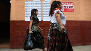 Des électrices guatémaltèques se rendent au bureau de vote de Santa Cruz Chinautla, au Guatemala, le 11août2019.