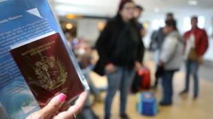 Migrantes venezolanos esperan para embarcarse en un avión financiado por el Gobierno venezolano en el Aeropuerto Internacional Jorge Chávez, en Lima, Perú, el 27 de agosto de 2018.