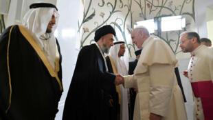 El papa Francisco saluda al Consejo Musulmán de Ancianos en la Gran Mezquita del Jeque Zayed en Abu Dabi. 4 de febrero de 2019.