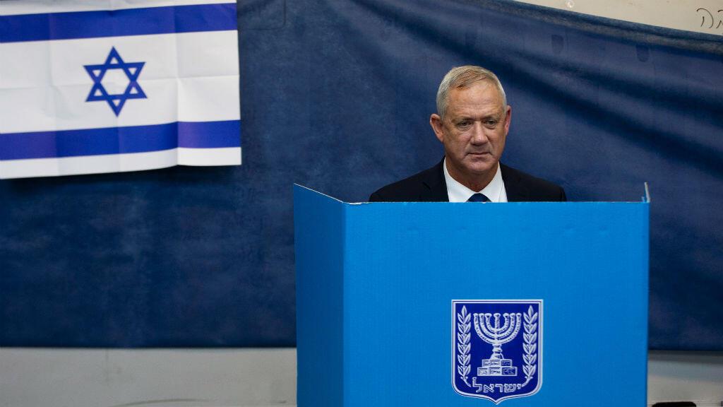 Líder del partido Azul y Blanco, Benny Gantz, votando en una urna durante las elecciones parlamentarias en un colegio electoral en Rosh Haayin, Israel, el 17 de septiembre de 2019.