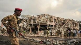 جنود صوماليون أمام موقع انفجار شاحنة مففخة في مقديشو 15 تشرين الأول/أكتوبر 2017