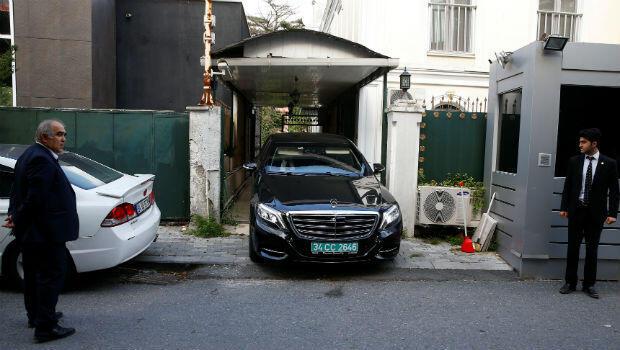 Un automóvil abandona la residencia del cónsul general de Arabia Saudita Mohammad al-Otaibi en Estambul, Turquía, el 16 de octubre de 2018.