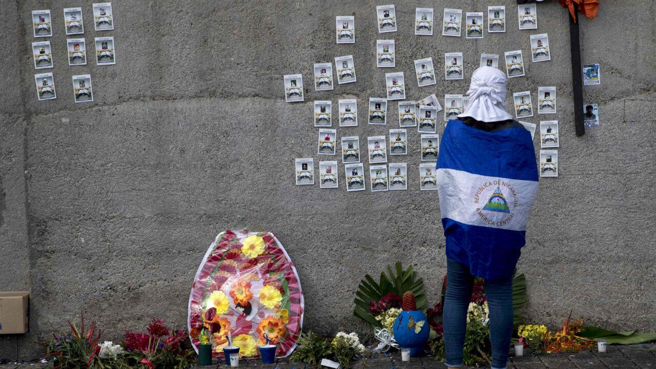 Decenas de personas participaron en una misa a la que acudieron los miembros de la denominada Asociación Madres de Abril, en Managua (Nicaragua), para conmemorar las víctimas de más de un año de crisis política.