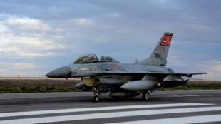 -طائرة حربية مصرية في مطار غير محدد