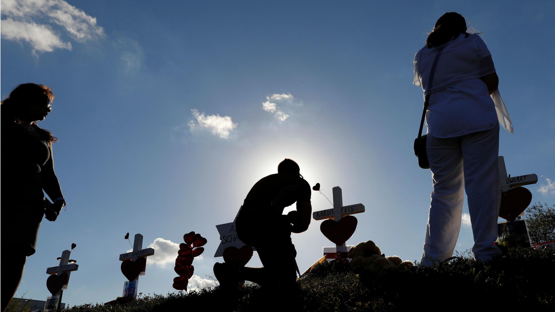 Cruces fueron puestas cerca al lugar de la masacre para recordar a las víctimas de Parkland.