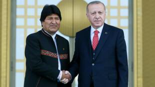 El presidente boliviano, Evo Morales, junto a su homólogo Recep Tayyip Erdogan en Turquía el nueve de abril de 2019.