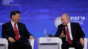 El presidente de Rusia, Vladimir Putin, y el presidente de China, Xi Jinping, asisten a una sesión del Foro Económico Internacional de San Petersburgo (SPIEF), en Rusia, el 7 de junio de 2019.