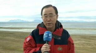 """""""Ce que j'ai vu est dramatique"""", lance Ban Ki-moon au micro de France 24, le 8 juillet 2015, en visite en Arctique."""