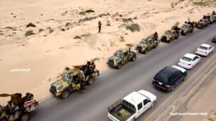 Una vista aérea muestra los vehículos militares en una carretera en Libia, el 4 de abril de 2019, en esta imagen fija tomada del video.