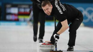 Alexander Krushelnitsky participa de la competencia de dobles mixtos de curling en Pyeongchang, el 13 de febrero de 2018.