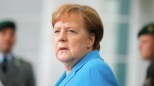 La canciller alemana, Angela Merkel, espera que el presidente de Irlanda, Michael D. Higgins, llegue a la Cancillería en Berlín, Alemania, el 3 de julio de 2019.