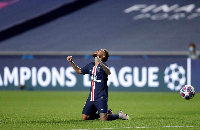 L'attaquant du PSG Neymar célèbre la victoire de son équipe face à Leipzig, le 18 août 2020 à Lisbonne.