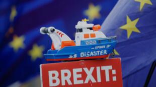 En una protesta en Londres, Reino Unido, se ve un bote de juguete llamado 'SS Disaster' en la parte superior de un cartel de manifestantes antibrexit, tomada el 7 de enero de 2019.