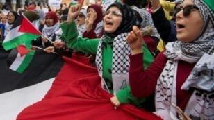 متظاهرات مؤيدات للفلسطينين يرددون شعارات مناهضة للولايات المتحدة وإسرائيل في الرباط في 10 كانون الأول/ديسمبر 2017 في تظاهرة للاحتجاج على قرار الرئيس الأمريكي دونالد ترامب الاعتراف بالقدس عاصمة لإسرائيل.