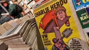 """العدد الأول من """"شارلي إيبدو"""" بالألمانية لدى بائع صحف في برلين الخميس 1 كانون الأول/ديسمبر 2016"""