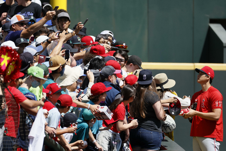 Shohei Ohtani est devenu très populaire auprès des fans, prenant toujours le temps de signer des autographes