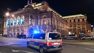 سيارات شرطة أمام دار الاوربرا حيث وقع الهجوم الدامي في فيينا، في 2 تشرين الثاني/نوفمبر 2020
