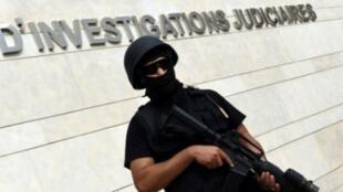 عنصر في القوات الخاصة المغربية أمام مقر المكتب المركزي للتحقيقات القضائية في الرباط في 14 أيلول/سبتمبر 2015
