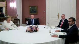 La canciller alemana, Angela Merkel, el presidente ruso Vladimir Putin, el presidente turco Tayyip Erdogan y el presidente francés EmmanueMacron asisten a una cena después de la cumbre de Siria, en Estambul, Turquía, 27 de octubre de 2018.