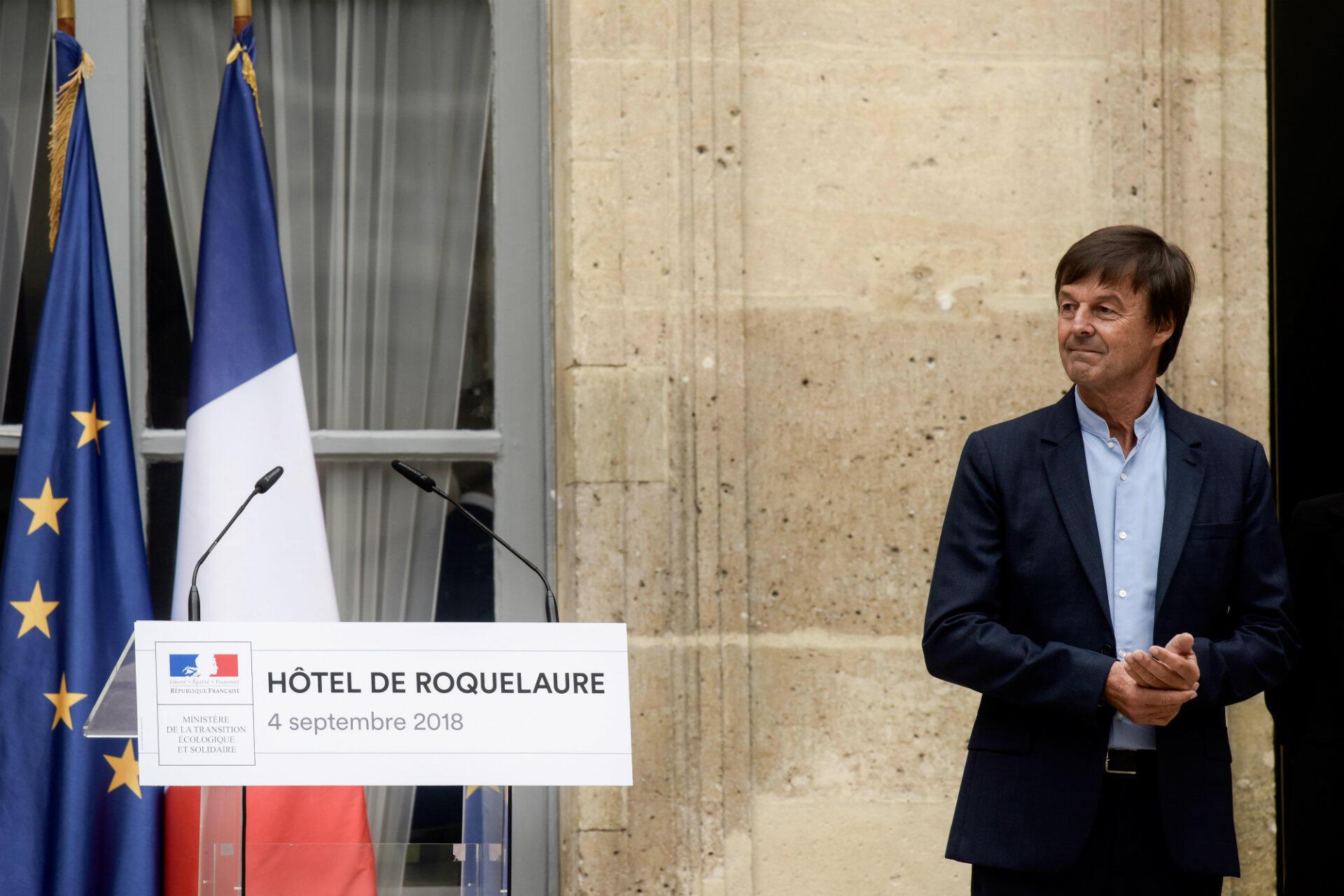 À la surprise générale, Nicolas Hulot démissionne le 28 août, en direct à la radio, provoquant une onde de choc sur l'exécutif. Son départ prive Emmanuel Macron de sa caution verte et de la personnalité politique préférée des Français.