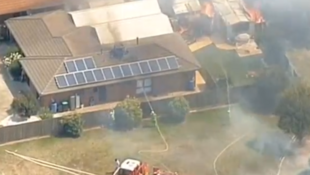 Bomberos intentan apagar un incendio en una residencia de un suburbio de la ciudad de Melbourne