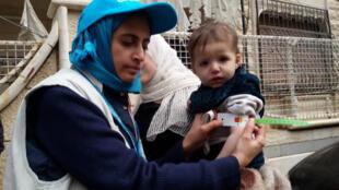 Un membre de l'Unicef examine un enfant souffrant de malnutrition à Madaya, le 14 janvier 2016.