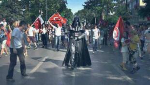 Dark Vador, au milieu d'une manifestation à Istanbul.