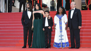نادين لبكي مع ممثلين وزوجها المنتج خالد مزنر على البساط الأحمر في مهرجان كان