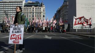 Militantes de partidos de izquierda y organizaciones sociales se concentraron en la plaza del Obelisco, en Buenos Aires, Argentina. 25 de junio de 2018.