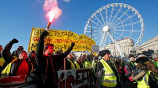 Los manifestantes participan en una manifestación del movimiento 'chalecos amarillos' en Marsella, Francia, el 12 de enero de 2019.