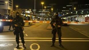 Des policiers à l'extérieur de l'aéroport Schiphol d'Amsterdam, le 12 avril 2016 .