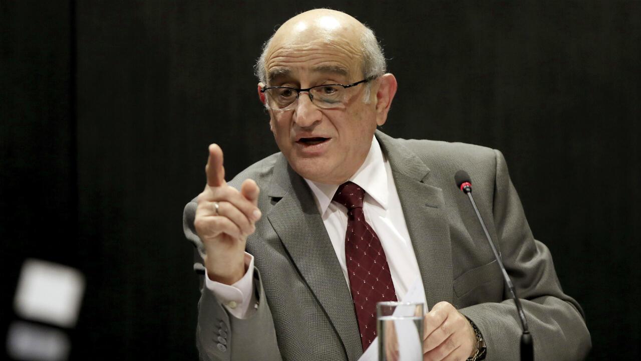 Archivo: Germán Efromovich, propietario de Synergy Group, habla en una conferencia de prensa en Bogotá el 5 de febrero de 2020.