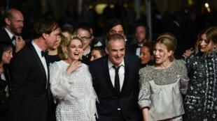 """Fou rire pour Kristen Stewart et Olivier Assayas avant la montée des marches du film """"Personal Shopper"""" au Festival de Cannes 2016."""