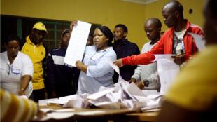 فرز الأصوات في جنوب أفريقيا بعد الانتخابات العامة. 2019/05/08.