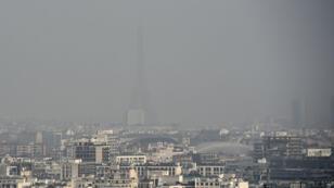 La pollution était visible dans le ciel de Paris, mercredi 18 mars 2015.