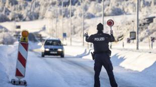 شرطي ألماني يوقف سيارة عند نقطة حدودية مع النمسا قرب زينلد، 14 شباط/فبراير 2021