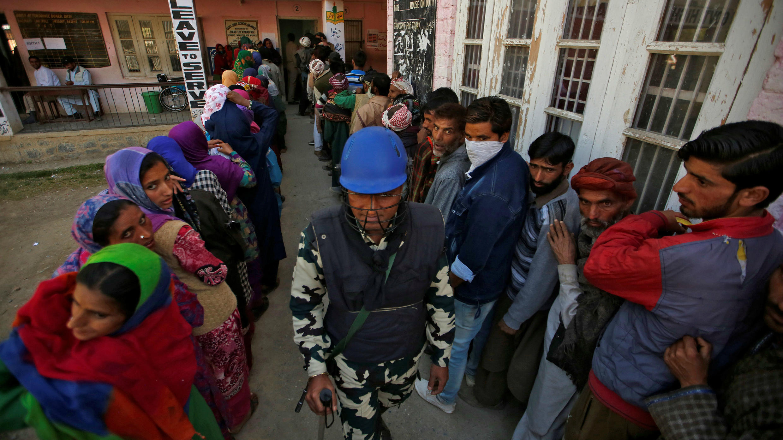 La Policía india vigila la tercera fase de las elecciones generales en Verinag, en el distrito de Anantnag, al sur de Cachemira, el 23 de abril de 2019.