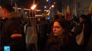 رومانيا: مظاهرات لتكريم أرواح ضحايا التعذيب خلال حكم الديكتاتور نيكولاي تشاوتشيسكو.